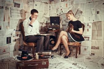 Para siedzi przy dźwiękach gramofonu