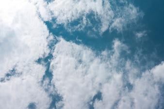Piękna chmura Cumulus w jasnym niebie Kontekst koncepcja nieba i chmury związane z tym pomysł