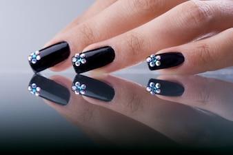 Piękne czarne paznokcie na powierzchni lustra