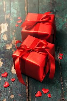 Piękne czerwone prezenty na drewnianym tle. Boże Narodzenie, Boże Narodzenie, Val