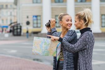 Piękne kobiety zwiedzanie miasta
