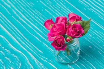 Piękne kwiaty na szklanym wazonie