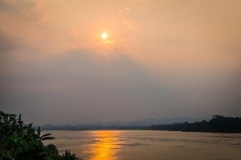 Piękny zachód słońca w jeziorze (filtrowane obrazu przetwarzane rocznika
