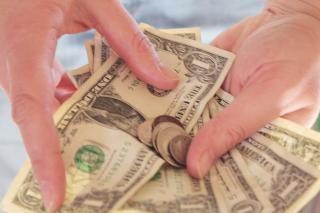 Pieniądze w rękach banknotów