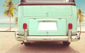 Podróż wakacji - tył zabytkowej klasycznej furgonetki zaparkowanej stronie plaży latem