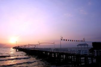 Pokojowe molo o zachodzie słońca