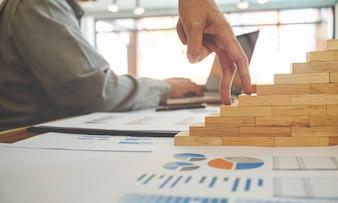 Pomysł na biznes. Przedsiębiorcy omawiają wykresy i wykresy pokazujące wyniki ich udanej pracy zespołowej.