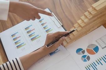 Pomysły na projektowanie spotkań biznesowych dla przedsiębiorców profesjonalny inwestor pracujący nad nowym projektem. Pojęcie. planowanie biznesowe w biurze. palec koncepcji wzrostu.