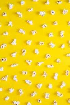 Popcorns na żółtym tle