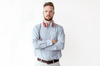 Portret niezadowolony młody człowiek w słuchawkach