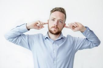 Poważny Człowiek Zatrzymuje Uszy Z Palcami