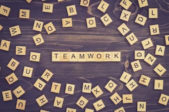 Praca zespołowa drewna słowo bloku na stole do koncepcji.