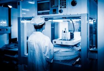 Pracownicy białego laboratorium pracują w fabryce