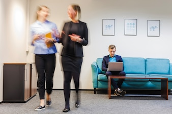Pracownicy biurowi spędzają czas w pokoju