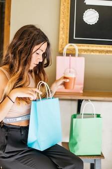 Pretty woman spojrzenie na papierowej torbie