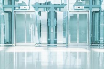 Przejrzysta winda w podziemnym przejściu