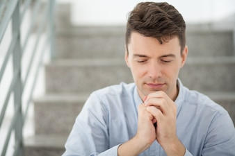 Przekonanie profesjonalna osoba samotnie styl życia