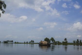 Przeprowadzka domu łodzi na rzece