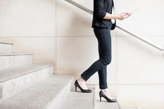 Przycięte Widok Business Lady Chodząc po schodach