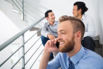 Przystojny rozmawia schody rozmowy pracownik