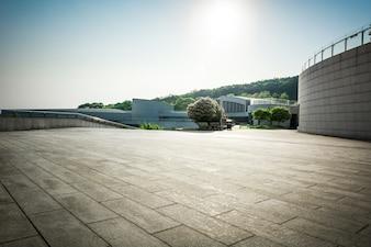 Pusta podłoga i nowoczesny korytarz architektoniczny
