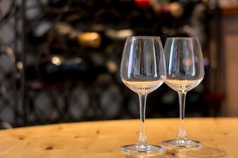 Puste kieliszki do wina na drewnianej desce