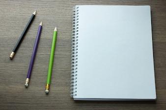 Puste spirali notebooka io? ówek na ciemnym tle drewna