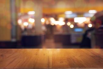Pusty stolik z przodu streszczenie niewyra? Ne t? O kawiarni. mogą być używane do wyświetlania lub montażu produktów.Most do wyświetlania produktu