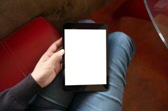 Ręce trzyma i dotykając Cyfrowy tablet z izolowanym białym tle ekranu Relaks Cafe koncepcji.