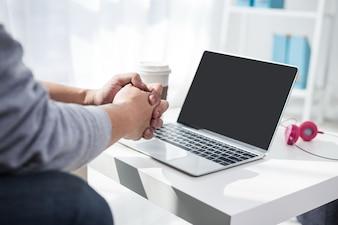 Ręka mężczyzny za pomocą komputera
