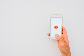 Ręka, telefon, aplikacja youtube i kopia przestrzeń