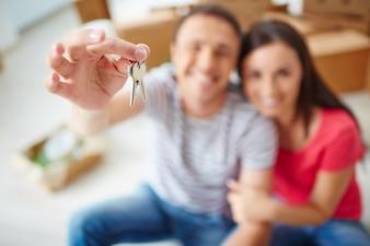 Ręka zbliżenie człowieka trzyma klucz