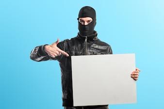 Robber trzyma puste tabliczki na kolorowym tle