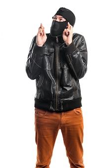 Robber z jego palcami przekraczania