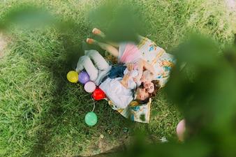 Rodzina leżącego na kocu w parku