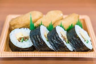 Rolka sushi z smażonym tofu