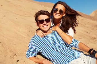 Romantyczna para z okulary leżące na piasku
