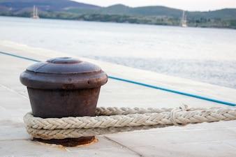 Rusty Boat Cumowanie na ścianie Portu z Rope Attached