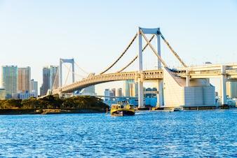 Rzeka Nowoczesny most w centrum miasta