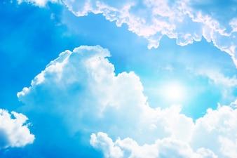 Słońce między chmurami