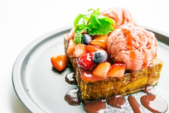 Słodki deser z miodem tosty z truskawkami i dżemem