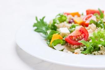 Sałatka na białym talerzu