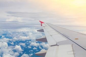 Samolot lecący nad chmurami