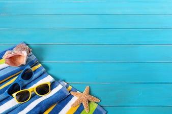 Scena plaży z okularami przeciwsłonecznymi