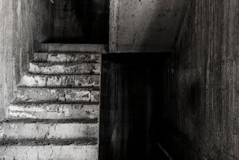 Schody w opuszczonym budynku ducha życia miejsca