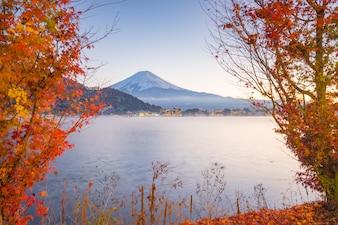 Sezon jesień i Góra Fuji z wieczorem światła i czerwone liście na jeziorze Kawaguchiko, Japonia