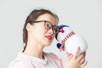 Shot w studio m? Odej kobiety asian posiadania Christmas Snowman