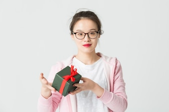 Shot w studio m? Odej kobiety azjatyckich z prezentem Bo? Ego Narodzenia