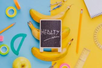 Skomponowane banany z zestawem szkolnym