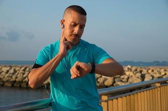 Skoncentrowany sprawdzający sportowców impuls po joggingu